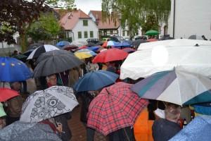 Die Mörfelder harrten aus und hörten voller Interesse zu - trotz Regen.