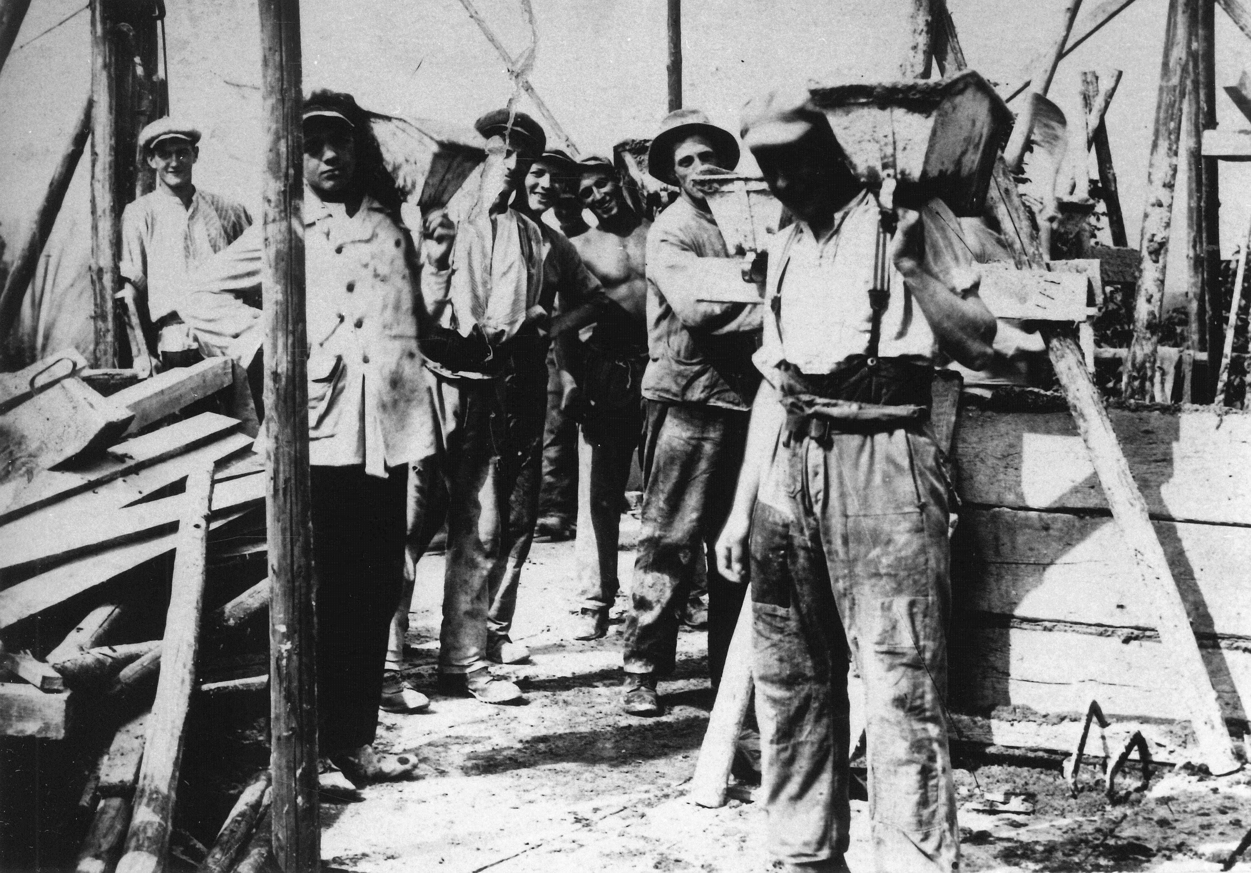Bauhandwerker mit Speißvogel ca. 1924 K 51.17