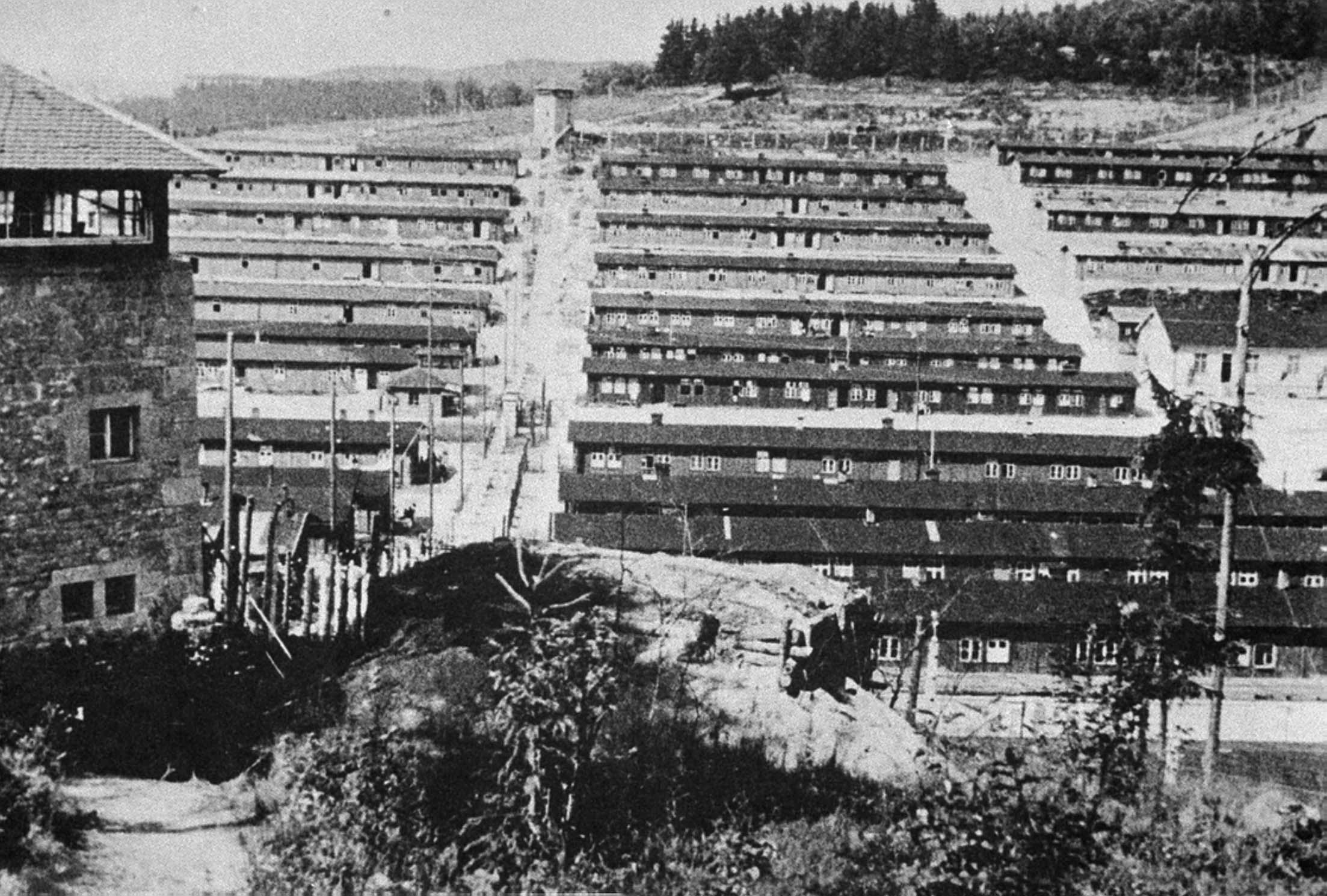 Lagerbaracken des fränkischen KZ Flossenbürg, 1945.
