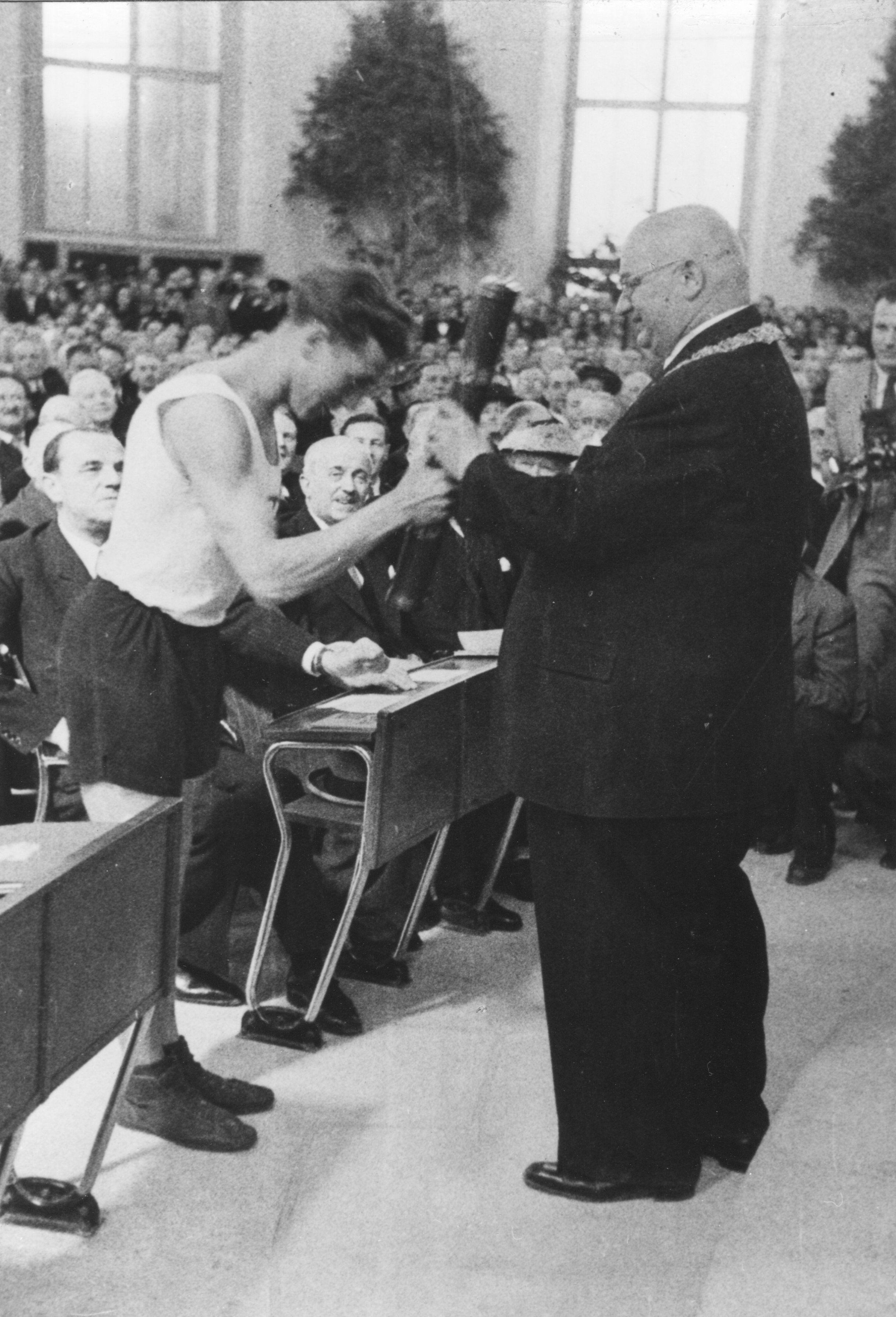 Heinz Ulzheimer übergibt dem Frankfurter Oberbürgermeister Walter Kolb die Grußbotschaften in der Paulskirche, 18. Mai 1948 Foto: Institut für Stadtgeschichte Frankfurt
